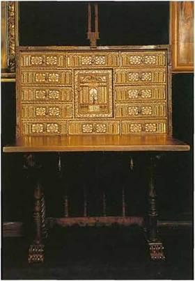 Кабинет с откидной крышкой, которая использовалась как столешница. Внутри много выдвижных ящиков и отделений для хранения документов, и ценностей. Кабинет запирается на ключ.