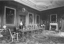 Обитое шелком кресло из дворца Хэмптон-Корт