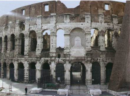 Даже в виде руин Колизей подавляет, отодвигает, исключая даже намек на возможную сомасштабность с наблюдателем
