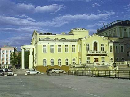 Театр «Красный факел» по ул. Ленина, 19 в Железнодорожном районе г. Новосибирска