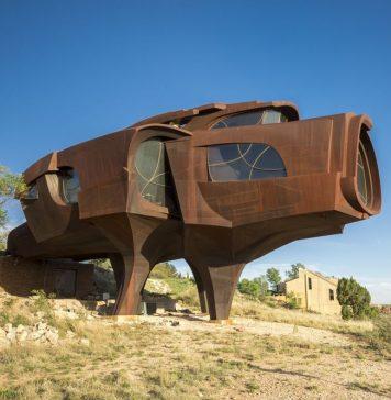 Особенности постмодернистского пространства. Исследуя особенности новых тенденций в архитектуре, Чарльз Дженкс в своей широко известной на Западе книге «Язык архитектуры постмодернизма» отмечает, что в противоположность «логическому» прямоугольному пространству модернизма с его рациональной расчлененностью и абстрактно лимитированными границами постмодернистское пространство - исторически специфично; связано с традициями, «иррациональное» или трансформируемое в его отношениях частей и целого. К формальным мотивам, применяемым его предшественниками, Р. Вентури добавлял косое непрямоугольное пространство, которое с помощью острых углов усиливает перспективу. Если пространство Ле Корбюзье подобно кубическому коллажу, то постмодернистское пространство плотно и богато... И все же, сравнивая его с прецедентом свободной формы и экспрессионистских пространств Ганса Шаруна, можно сказать, что оно скорее является развитием картезианской решетки, чем стремлением к органическому порядку. В домах П. Эйзепмаиа или М. Грэйвза всегда чувствуется координатная система, несмотря на свободу их формы и барочность; плац всегда фронтален, путь по зданию и криволинейные элементы всегда соотносятся с этой системой. Говоря об особенностях постмодернистского пространства, Ч. Дженкс указывает на свободу и юмористические штрихи в его трактовке, доходящие часто до трюков, игры посредством трансформации синтаксических, элементов, неожиданного рисунка полов, особого использования колони и т. п. «Колонны выкрашены в разные оттенки серого и грязно-белого цвета (если это цвет) с целью показать их несущую механическую или декоративную роль, или вообще их ненужность. Проходя по такому дому, человек не может оставаться равнодушным к таким вариациям, и начинается своеобразная игра в шахматы».